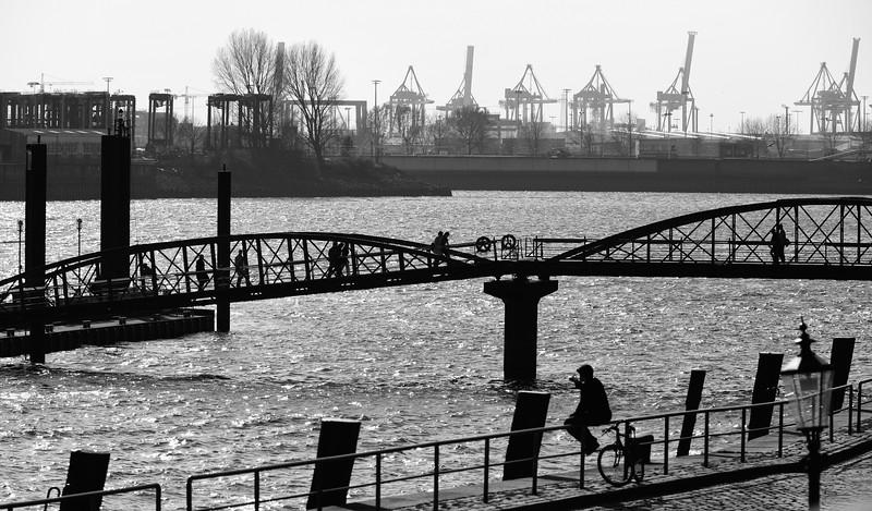 Anleger Fischmarkt Hamburg in schwarz-weiß