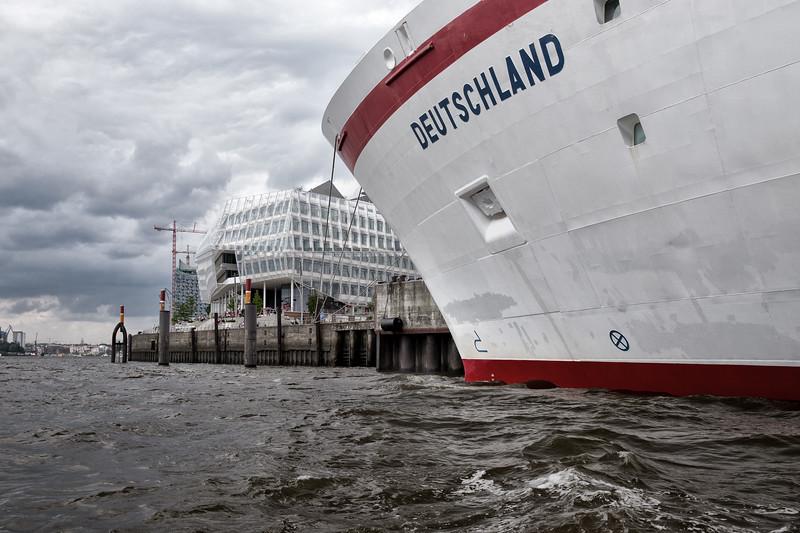 Kreuzfahrtschiff Deutschland am Kreuzfahrtterminal HafenCity Hamburg