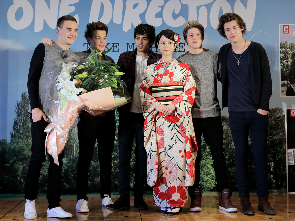 """. Japanese actress Maki Horikita,  fourth left, poses with the members of British boy band \""""One Direction,\"""" from left, Liam Payne, Louis Tomlinson, Zayn Malik, Niall Horan and Harry Styles, for photographers during a news conference to promote their second album \"""" TAKE  ME HOME \""""  in Tokyo, Friday, Jan. 18, 2013. (AP Photo/Itsuo Inouye)"""
