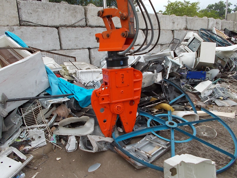 NPK K4JR demolition shear on Hitachi mini excavator-C&D recycling (24).jpg
