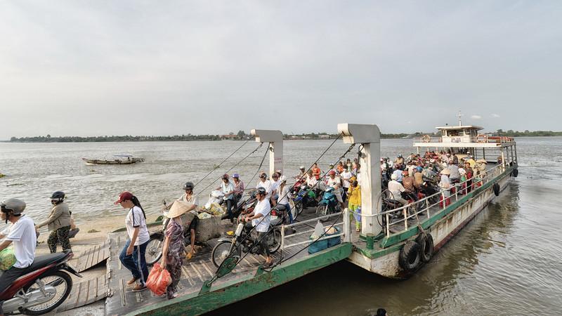 ferry vinh long.jpg
