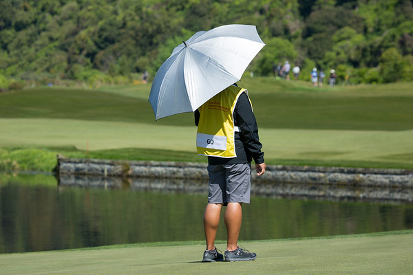 Lloyd Jefferson Go's caddy sheltering from the sun on the 4th green on Day 3 of the Asia-Pacific Amateur Championship tournament 2017 held at Royal Wellington Golf Club, in Heretaunga, Upper Hutt, New Zealand from 26 - 29 October 2017. Copyright John Mathews 2017.   www.megasportmedia.co.nz