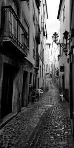 16x32 B&W Alfama neighborhood in Lisbon