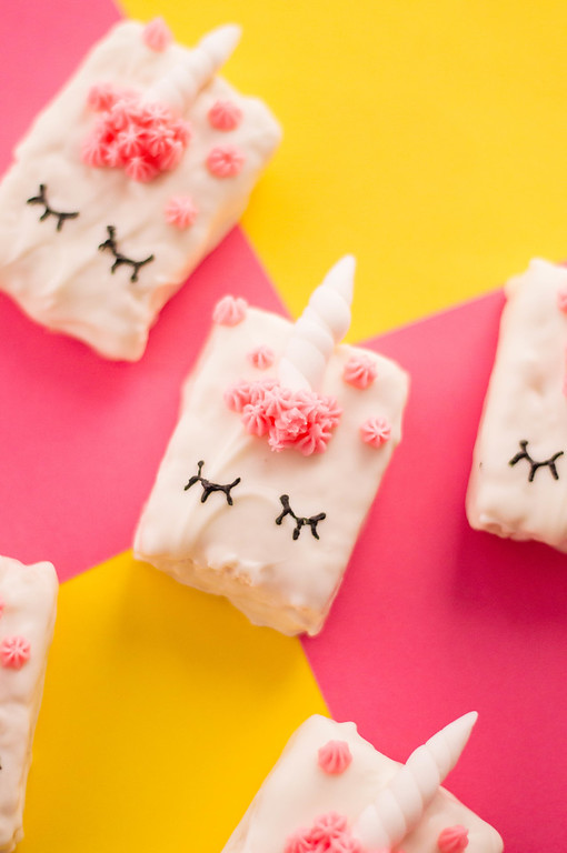 These are basically the cutest unicorn cereal treats ever, and they are easy to make! Take unicorn rice krispies treats to a new level #recipe #unicorn #fun