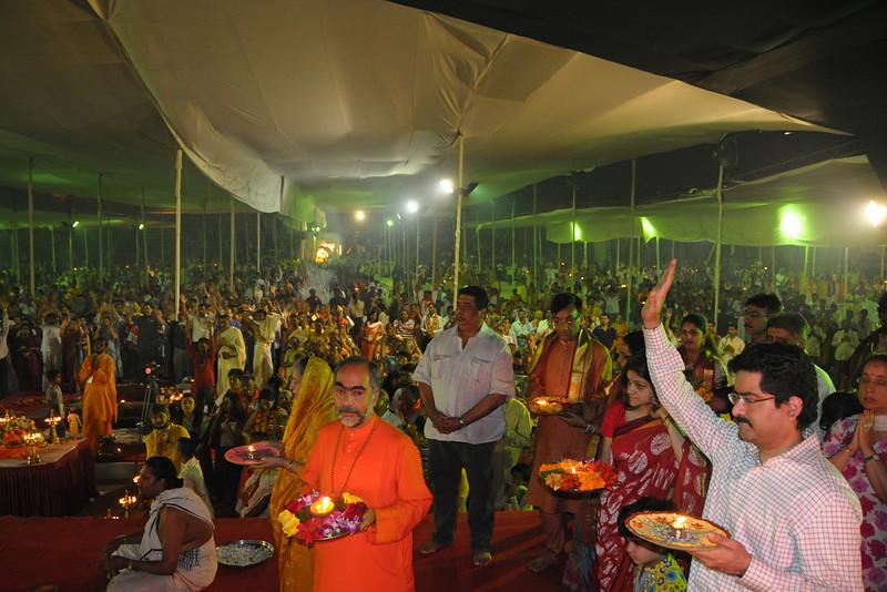 Swami Swaroopanandaji along wtih Birla and Piramal familes and other Yajmans performing aarti at Chinmaya Mission Mumbai's Maha Jnana Yajna and 108 Samashti Havan. Chant Mumbai. Shaant Mumbai.Thousands of Mumbaikars came together on Sunday, 15th Feb 2009 to jointly chant 'Hanuman Chalisa', at a congregation called 'Chant Mumbai Shaant Mumbai'. The congregation was organised by Chinmaya Mission at Andheri Sports Complex for the peace and prosperity for the city of Mumbai.