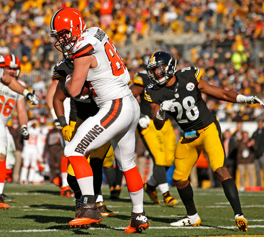 . Cleveland Browns tight end Gary Barnidge (82) catches a pass from quarterback Robert Griffin III for a touchdown during the first half of an NFL football game against the Pittsburgh Steelers in Pittsburgh, Sunday, Jan. 1, 2017. (AP Photo/Jared Wickerham)