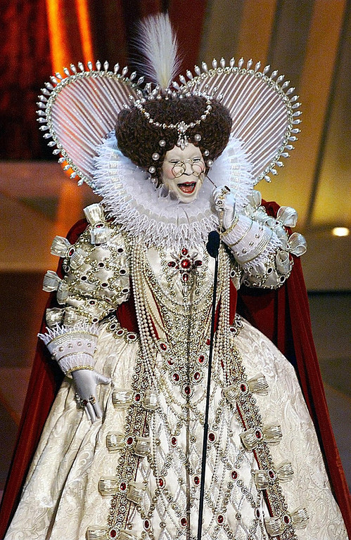 . Host Whoopi Goldberg --  dressed as Great Britain\'s Queen Elizabeth I -- opens the 71st Academy Awards 21 March 1999 at the Dorothy Chandler Pavilion. TIMOTHY A. CLARY/AFP/Getty Images
