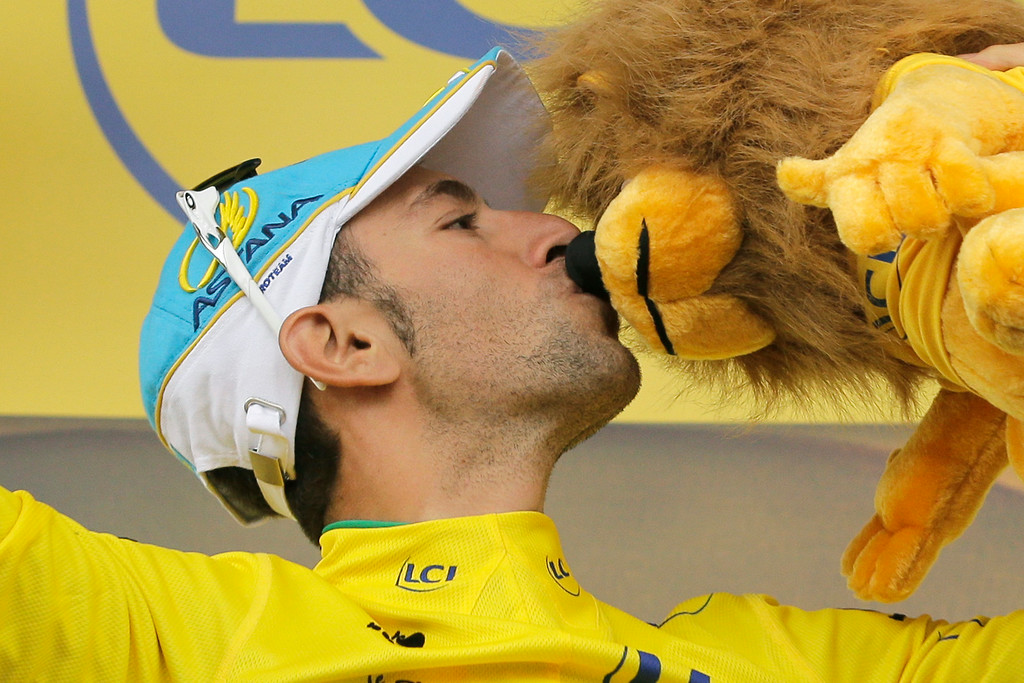 . Italy\'s Vincenzo Nibali, wearing the overall leader\'s yellow jersey, kisses the trophy on the podium of the second stage of the Tour de France cycling race over 201 kilometers (124.9 miles) with start in York and finish in Sheffield, England, Sunday, July 6, 2014. (AP Photo/Laurent Cipriani)