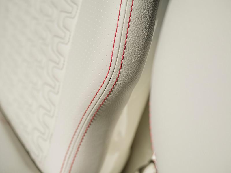 2020-SLX-R-400-e-Outboard-upholstery-02.jpg