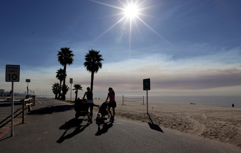 . Smoke from the Colby fire spreads over the Pacific Ocean, seen from the Pacific Palisades area of Los Angeles Thursday, Jan. 16, 2014. Homes burned in a wildfire threatening neighborhoods in dangerously dry foothills of Southern California\'s San Gabriel Mountains on Thursday, fanned by gusty Santa Ana winds that spit embers into the city below.  . (AP Photo/Reed Saxon)