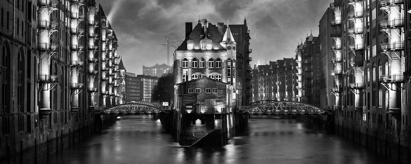 Poggenmühle Hamburg mit Aussicht auf das Fleetschlösschen bei Nacht in Schwarzweiß