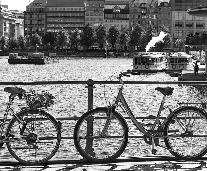 Hamburg Binnenalster mit 2 Fahrrädern in Schwarzweiß