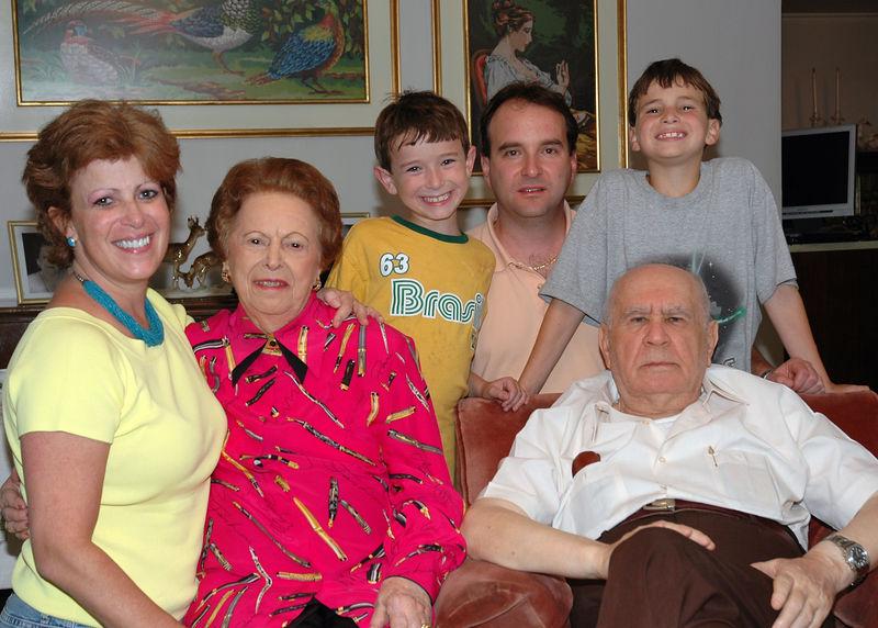 Familia de Zevy con Mina y Jose.jpg