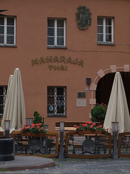 """The Old Town of Warsaw is not as old as it might seem. The whole Miastro was rebuild after the War, maybe no wonder the """"old"""" buildings housed gastronomics of the """"new world"""". (Foto: Geir)"""