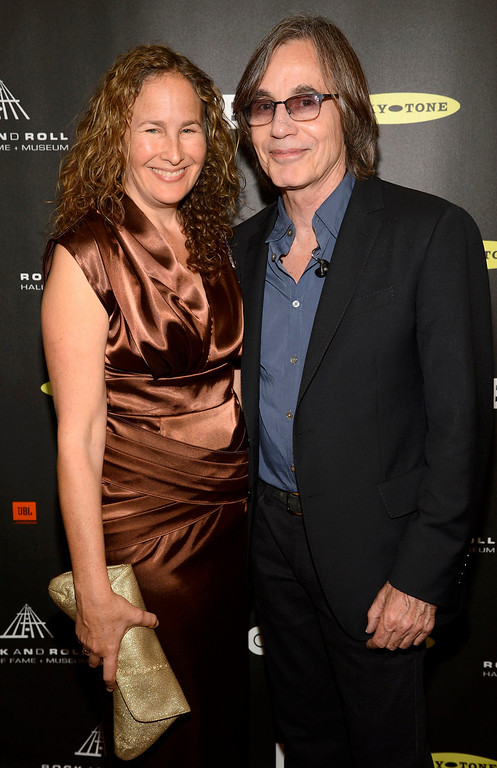 . Musician Jackson Browne and Dianna Cohen arrive at the 2013 Rock and Roll Hall of Fame induction ceremony in Los Angeles April 18, 2013.   REUTERS/Phil McCarten