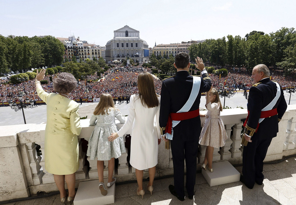 . Spain\'s former Queen Sofia, Spanish Princess Sofia, Spain\'s Queen Letizia, Spain\'s King Felipe VI, Spanish Crown Princess of Asturias Leonor and Spain\'s former King Juan Carlos  stand on the balcony of the Palacio de Oriente or Royal Palace in Madrid on June 19, 2014 following a swearing in ceremony of Spain\'s new King before both houses of parliament.   AFP PHOTO / JAVIER LIZON/AFP/Getty Images