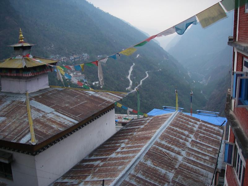 Zhangmu (2.407m = 7,897ft): China/Tibet - Nepal border. Down in the canyon is Kodari (Nepal) (1.770m = 5,807ft) Zhangmu and Kodari are connected by International Frienship Bridge (65 meters = 213 feet long).
