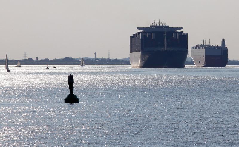 Containerschiff und Autotransporter auf der Elbe bei Tag