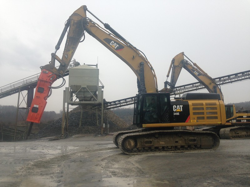 NPK GH15 hydraulic hammer on Cat excavator (6).JPG