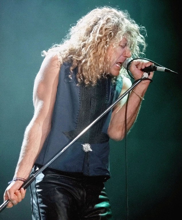 . Robert Plant sings as he performs during a Robert Plant and Jimmy Page concert, at the Rosemont Horizon, near Chicago, Illinois, April 28, 1995. (Photo by Tim Boyle/Getty Images)