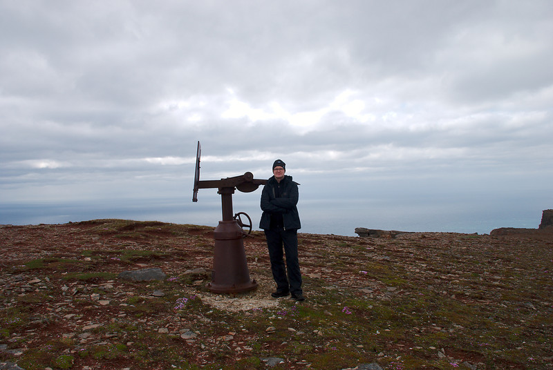Sturla við undirstöður af loftvarnarbyssu.