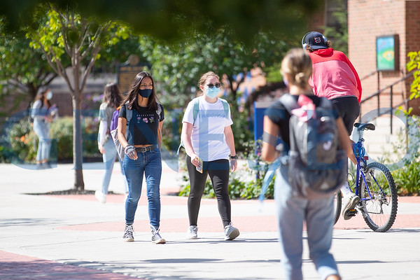 Students Around Campus w/ Masks