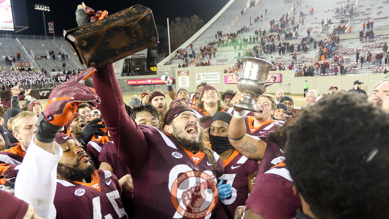 Vinny Mihota leads the team in a cheer while holding the defensive Lunchpail. (Mark Umansky/TheKeyPlay.com)