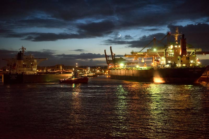 Massengutfrachter auf dem Weg zum Hansaport im Hamburger Hafen