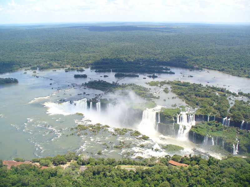 010 Iguacu Falls, 275 Falls, 3km large, Height 80 meters.jpg