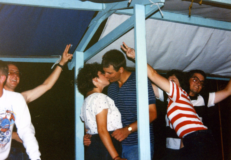 1989 07d - Hanging out 006.jpg