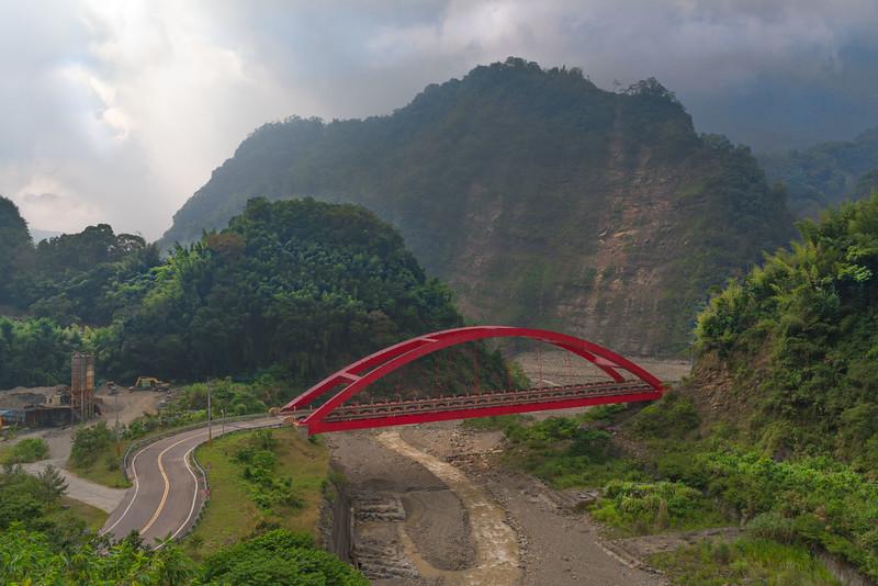A bridge on the way to Tatajia, Taiwan.jpg