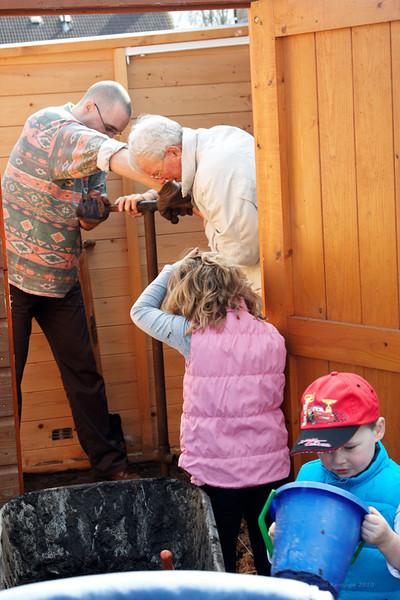 Met de hulp van mijn vader en de kinderen werden de overige gaten geboord. Een zware klus!