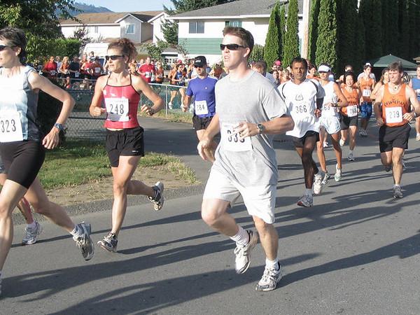 2005 Run Cowichan 10K - Todd Healy starts his last lap