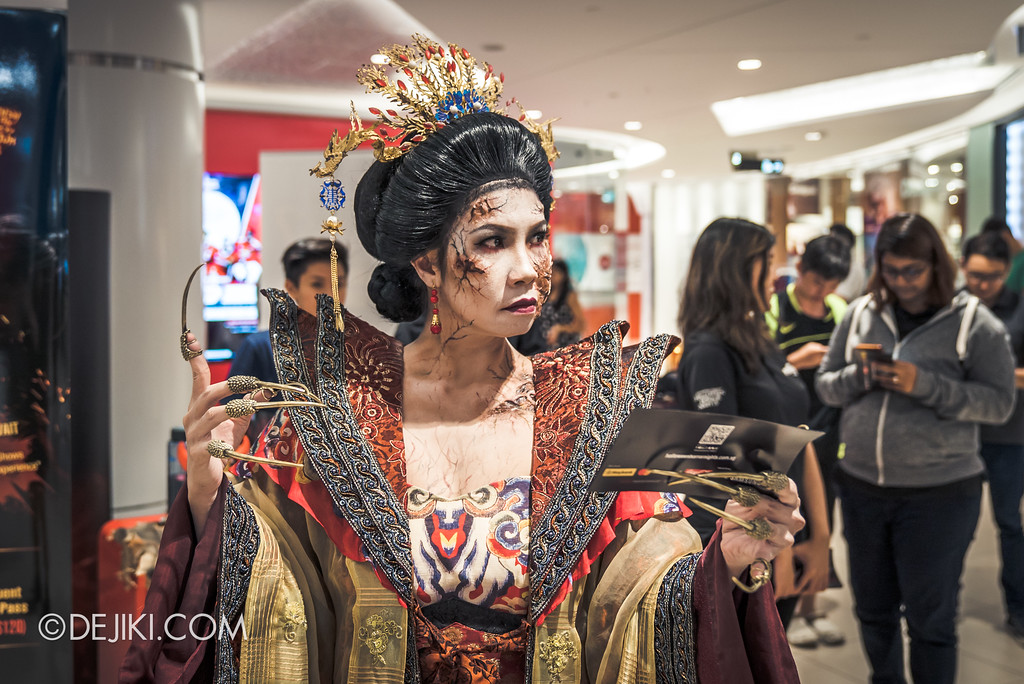 Halloween Horror Nights 7 Before Dark 5 - Scare Actor Meet and Greet HHN7 Icons at Tampines Mall - Empress giving away leaflets