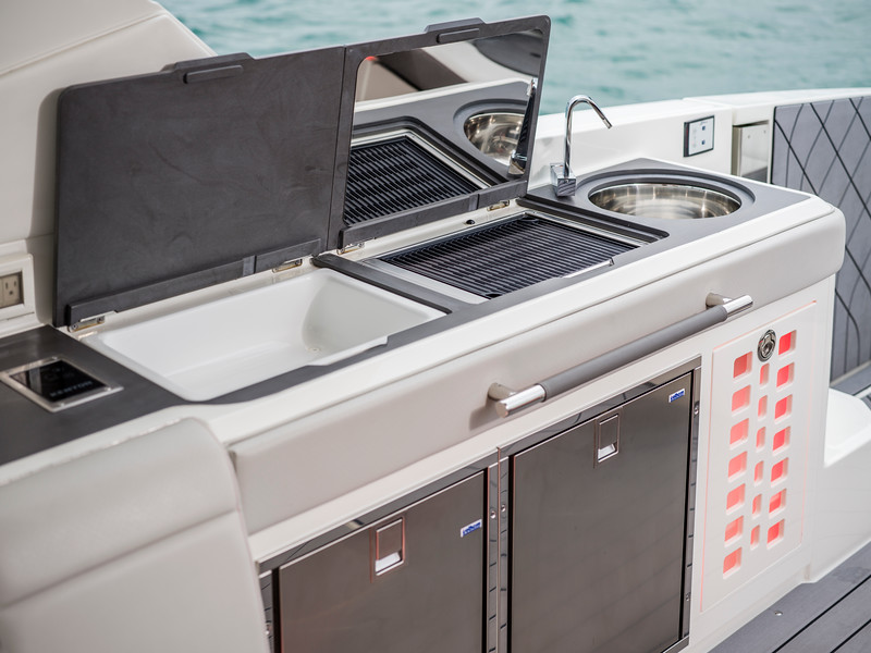 2020-SLX-R-400-e-Outboard-cock-pit-wet-bar-02.jpg