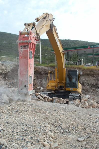 NPK E225 hydraulic hammer on Deere excavator (9).jpg
