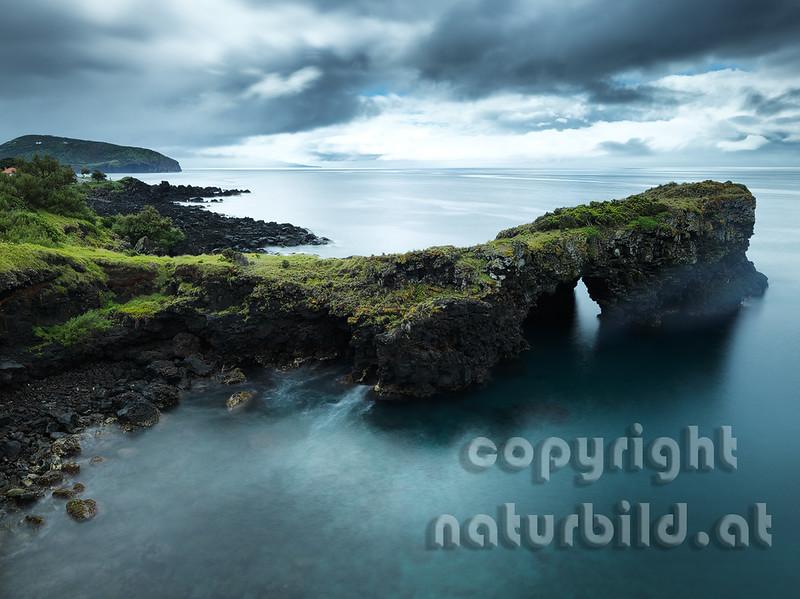 Brücke von der Brandung geschaffen, Durchbruch durch den Lavastrom, tiefe Wolken über der Insel, Faial, Azoren, Portugal