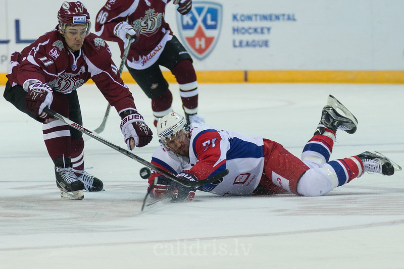 Kirill Kapustin (71) of Lokomotiv Yaroslavl tries to protect the puck from Kristaps Sotnieks (11)