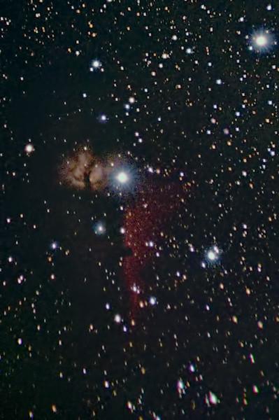 Oblast kolem hvězdy Alnitak v pásu Oriona. Nalevo od ní mlhovina NGC2024 Plamínek, dole temná mlhovina IC434 Koňská hlava. Olomouc, 2.2.2014 cca. 22:00. Canon 350D mod, Tamron 55-200@200mm, 5x120s ISO3200. Tahle fotografie je pro mě takovým malým vítězstvím - vždycky jsem si přál jednou Koňskou hlavu vyfotit. Při minulém testu se zdálo, že by z toho kupodivu mohlo něco být, tak jsem jí dnes na zkoušku věnoval alespoň těch pět dvouminutových expozic - a výsledek je sice objektivně nepříliš dobrý, ale subjektivně je pro mě důkazem, že i tak donedávna nepředstavitelný cíl jako Koňská hlava je mi po modifikaci zrcadlovky s mou skromnou technikou a v mých mizerných světelných podmínkách alespoň trochu dostupný, což je pro mě celkem velké překvapení. (Komy ve spodní části snímku si pokud možno nevšimejte, to je zkrátka jen mým nepříliš dobrým objektivem a nic moc s tím neudělám, leda lépe komponovat snímek, aby mlhovina vyšla do použitelnější části políčka. Inu, příště, tohle byl beztak jen test.)