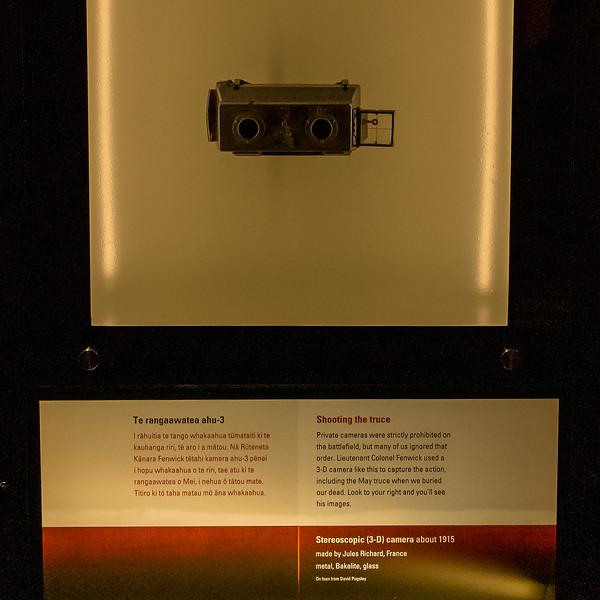 Trotz eines Verbots nimmt der Feldarzt eine private Stereokamera mit in den Krieg und fotografiert die Schrecken des Feldzuges in Gallipoli.