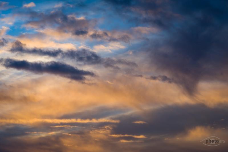 Wolken bei Sonnenaufgang, Bayern, Deutschland