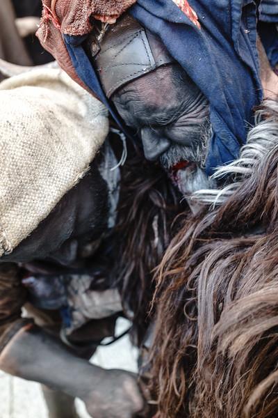 Lula (Nu) - febbraio 2018.  Il sacrificio del Su Battileddu. Il Su Battileddu viene colpito a morte dopo il suo trascinamento per tutta la città di lula.  Lula (Nu) - February 2018. The sacrifice of Su Battileddu. Su Battileddu is stabbed after dragging him across the city of lula.