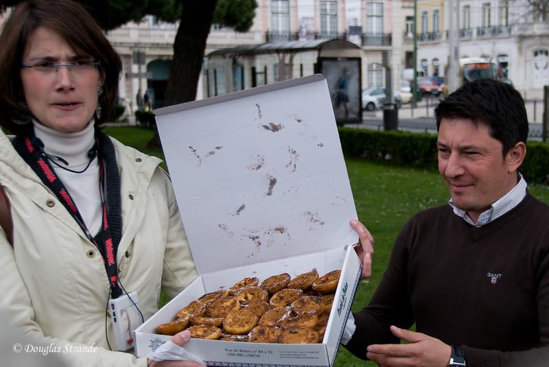 Thur 3/17 in Lisbon: Filipa and Flori display the treats