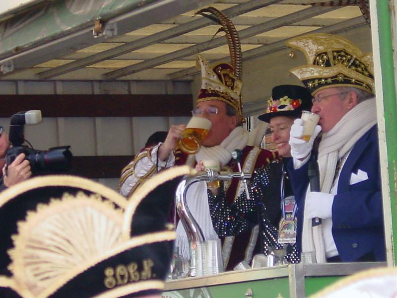 Proosten en drinken van het Gemeentepilsje bij de Blauwe Steen