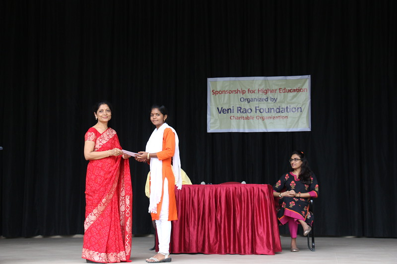Mrs. Ratna Reddy, Founder Trustee- Veni Rao Foundation giving scholarsip cheque to Ms. Srilaxmi.JPG