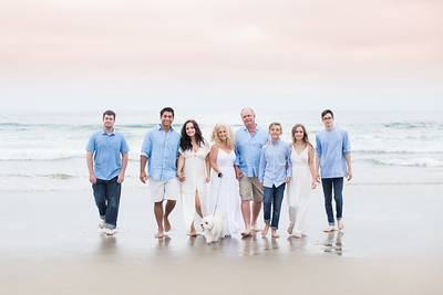 Mission Beach Family Photographs. Large family gathering photos on the beach in San Diego - July 2018