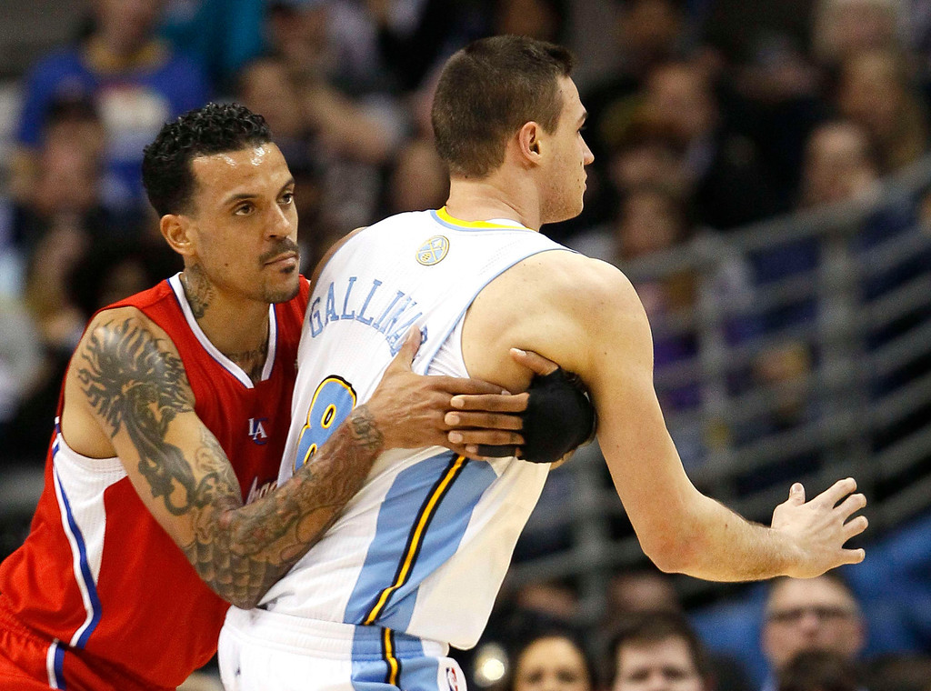 . Los Angeles Clippers\' Matt Barnes defends against Denver Nuggets\' Danilo Gallinari in their NBA basketball game in Denver March 7, 2013. REUTERS/Rick Wilking