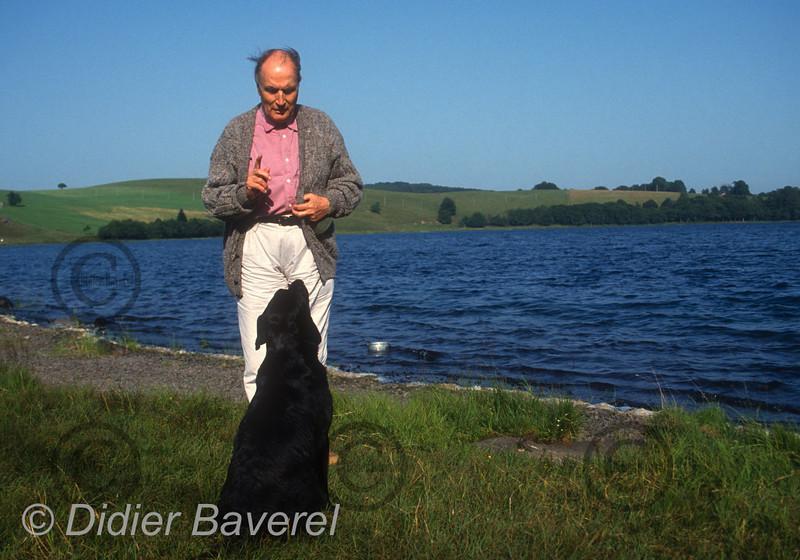 Francois Mitterrand et son chien Baltic au Lac Chauvet, France