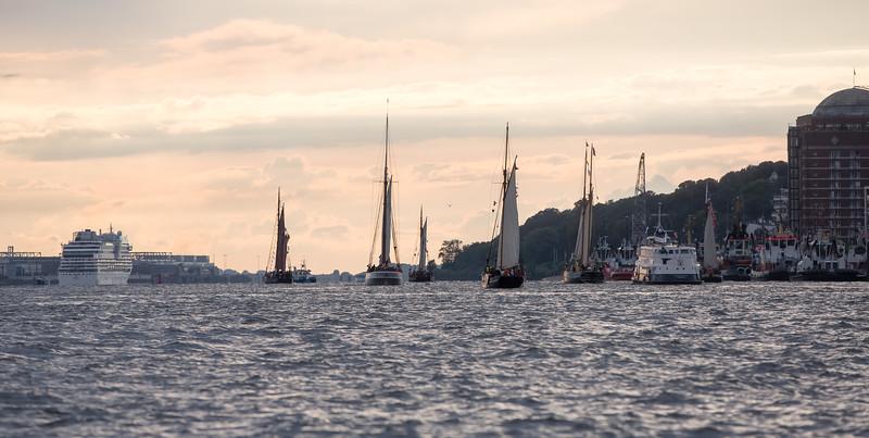 Schiffe bei der Traditionsschiffs Regatta Hamburg auf der Elbe