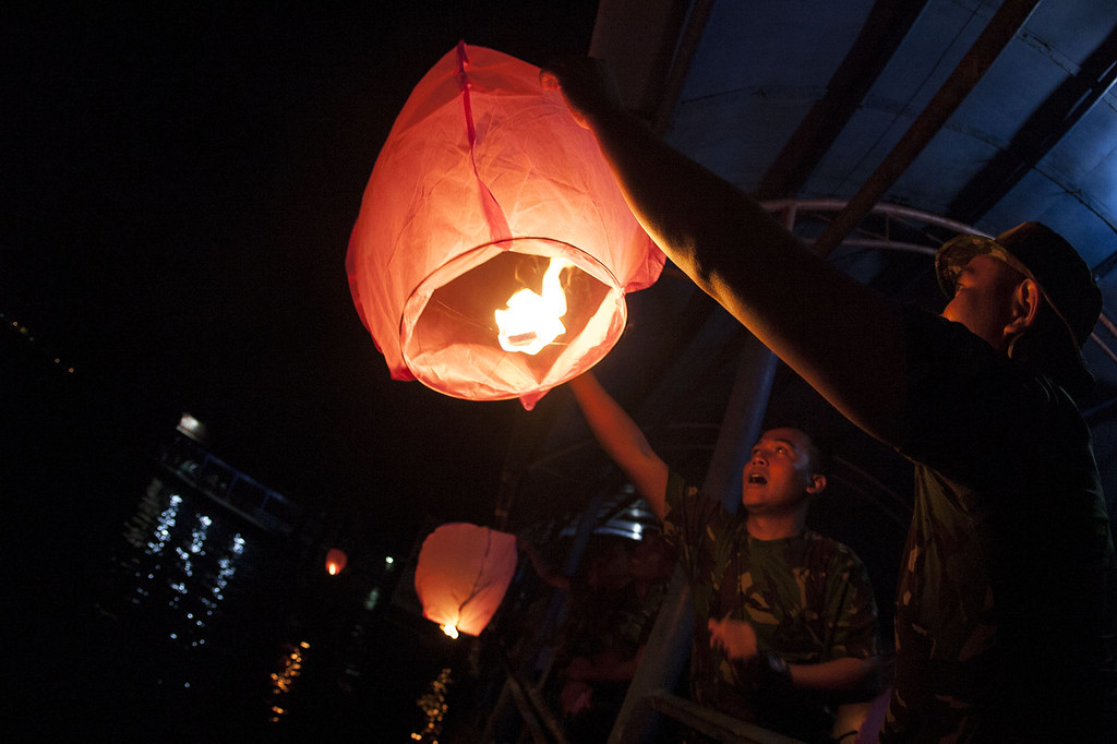 . Indonesian military release lanterns into the sky for the 2014 New Year on December 31, 2013 in Bintan Island, Indonesia. A total of 2014 sky lanterns were flown by the Indonesian military. (Photo by Yuli Seperi/Getty Images)